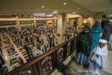 Jamaah melaksanakan shalat Tarawih pertama di Masjid Raya Sabilal Muhtadin, Banjarmasin, Kalimantan Selatan, Senin (12/4/2021). Pemerintah melalui Kementerian Agama telah menetapkan awal puasa atau 1 Ramadhan 1442 Hijriah jatuh pada hari Selasa, 13 April 2021 dan mengizinkan menggelar shalat Tarawih secara berjamaah dengan tetap menerapkan protokol kesehatan COVID-19. Foto Antaranews Kalsel/Bayu Pratama S.