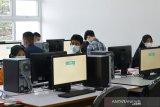 UJIAN TULIS BERBASIS KOMPUTER SBMPTN. Peserta bersiap mengikuti Ujian Tulis Berbasis Komputer (UTBK) jalur Seleksi Bersama Masuk Perguruan Tinggi Nasional (SBMPTN) di Universitas Syiah Kuala, Banda Aceh, Aceh, Senin (12/4/2021). Ujian Tulis Berbasis Komputer jalur SBMPTN yang diikuti sekitar 8.900 peserta berlangsung tanggal 12 hingga 16 April itu digelar dengan penerapan protokol kesehatan secara ketat guna mencegah penyebaran COVID-19. ANTARA FOTO/Ampelsa.