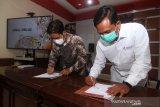 Kepala LKBN Antara Biro Kalbar Teguh Imam Wibowo (kanan) bersama Direktur Politeknik Negeri Sambas (Poltesa) Mahyus (kiri) menandatangani MoU atau nota kesepahaman di Kampus Poltesa di Kabupaten Sambas, Kalimantan Barat, Rabu (7/4/2021). LKBN Antara Biro Kalbar bersinergi dengan Poltesa yang merupakan satu-satunya perguruan tinggi di kawasan perbatasan Indonesia-Malaysia tersebut untuk publikasi hasil penelitian dan pengembangan potensi daerah perbatasan. ANTARA KALBAR/Jessica Helena Wuysang