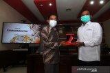 Kepala LKBN Antara Biro Kalbar Teguh Imam Wibowo (kanan) menerima cinderamata dari Direktur Politeknik Negeri Sambas (Poltesa) Mahyus (kiri) usai penandatanganan MoU atau nota kesepahaman di Kampus Poltesa di Kabupaten Sambas, Kalimantan Barat, Rabu (7/4/2021). LKBN Antara Biro Kalbar bersinergi dengan Poltesa yang merupakan satu-satunya perguruan tinggi di kawasan perbatasan Indonesia-Malaysia tersebut untuk publikasi hasil penelitian dan pengembangan potensi daerah perbatasan. ANTARA KALBAR/Jessica Helena Wuysang