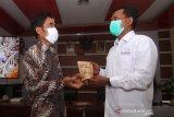 Kepala LKBN Antara Biro Kalbar Teguh Imam Wibowo (kanan) menerima kopi liberika hasil produksi UMKM binaan Poltesa dari Direktur Politeknik Negeri Sambas (Poltesa) Mahyus (kiri) usai penandatanganan MoU atau nota kesepahaman di Kampus Poltesa di Kabupaten Sambas, Kalimantan Barat, Rabu (7/4/2021). LKBN Antara Biro Kalbar bersinergi dengan Poltesa yang merupakan satu-satunya perguruan tinggi di kawasan perbatasan Indonesia-Malaysia tersebut untuk publikasi hasil penelitian dan pengembangan potensi daerah perbatasan. ANTARA KALBAR/Jessica Helena Wuysang