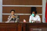 Direktur Politeknik Negeri Sambas (Poltesa) Mahyus (kiri) didampingi Kepala LKBN Antara Biro Kalbar Teguh Imam Wibowo (kanan) saat memberikan kata sambutan sebelum penandatanganan MoU atau nota kesepahaman di Kampus Poltesa di Kabupaten Sambas, Kalimantan Barat, Rabu (7/4/2021). LKBN Antara Biro Kalbar bersinergi dengan Poltesa yang merupakan satu-satunya perguruan tinggi di kawasan perbatasan Indonesia-Malaysia tersebut untuk publikasi hasil penelitian dan pengembangan potensi daerah perbatasan. ANTARA KALBAR/Jessica Helena Wuysang