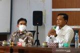 Kepala LKBN Antara Biro Kalbar Teguh Imam Wibowo (kanan) didampingi Direktur Politeknik Negeri Sambas (Poltesa) Mahyus (kiri) saat memberikan kata sambutan sebelum penandatanganan MoU atau nota kesepahaman di Kampus Poltesa di Kabupaten Sambas, Kalimantan Barat, Rabu (7/4/2021). LKBN Antara Biro Kalbar bersinergi dengan Poltesa yang merupakan satu-satunya perguruan tinggi di kawasan perbatasan Indonesia-Malaysia tersebut untuk publikasi hasil penelitian dan pengembangan potensi daerah perbatasan. ANTARA KALBAR/Jessica Helena Wuysang