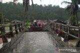 Sebuah jembatan di Simpati Pasaman putus total diterjang banjir