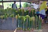 LEMANG BAMBU KHAS RAMADHAN. Warga memasak lemang bambu usaha rumahan di Desa Lambaro Skeep, Kecamatan Syiah Kuala, Banda Aceh, Aceh, Selasa (13/4/2021). Lemang bambu yang ramai diproduksi pada bulan ramadhan untuk menu berbuka puasa di daerah itu ditawarkan seharga Rp. 20.000 hingga  Rp.70.000 per batang menurut ukuran dan besarnya. ANTARA FOTO/Ampelsa.