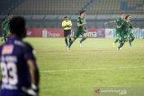 Tim sepak bola PSS Sleman melakukan selebrasi usai mengalahkan Bali United seusai pertandingan perempat final Piala Menpora 2021 di stadion Si Jalak Harupat, Kabupaten Bandung, Jawa Barat, Senin (12/4/2021). PSS Sleman melaju ke semifinal setelah mengalahkan Bali United melalui adu pinalti dengan skor akhir 4-2. ANTARA JABAR/M Agung Rajasa/agr