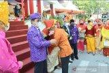 Gubernur Longki Djanggola pamitan dengan warga saat peringatan HUT Ke-57 Sulteng