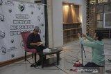 Anggota komunitas mempersiapkan peralatan untuk tausiyah secara daring oleh Ustad Abdurrahim Dany di Masjid Haur Kuning, Bandung, Jawa Barat, Selasa (13/4/2021). Komunitas Ojol mengaji berinisiatif untuk menggelar pengajian dan tausiyah secara daring di bulan suci ramadan untuk mencegah kerumunan di tempat ibadah serta meminimalisir penyebaran COVID-19. ANTARA JABAR/Raisan Al Farisi/agr