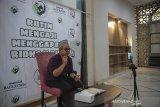 Ustad Abdurrahim Dany memberikan tausiyah secara daring di Masjid Haur Kuning, Bandung, Jawa Barat, Selasa (13/4/2021). Komunitas Ojol mengaji berinisiatif untuk menggelar pengajian dan tausiyah secara daring di bulan suci ramadan untuk mencegah kerumunan di tempat ibadah serta meminimalisir penyebaran COVID-19. ANTARA JABAR/Raisan Al Farisi/agr
