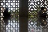 Para santri mengikuti pengkajian (daurah) Al Quran pada hari pertama bulan Ramadhan 1442 Hijriah di Masjid Baitusshalihin, Banda Aceh, Aceh, Selasa (13/4/2021). Daurah Al Quran yag dilaksanakan selama 20 hari selama bulan suci Ramadhan bertujuan membentuk anak-anak dan generasi muda untuk mencintai, menghafal dan mengamalkan ajaran Al-Qur'an dalam kehidupan sehari-hari. Antara Aceh/Irwansyah Putra.