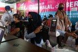 Warga memeriksa kesehatan sebelum mendapat vaksinasi COVID-19 di Rumah Sakit Ibu dan Anak, Banda Aceh, Aceh, Rabu (14/4/2021). Kementerian Kesehatan tetap melangsungkan vaksinasi COVID-19 untuk tahap pertama dan kedua pada bulan Ramadhan. Antara Aceh/Irwansyah Putra.