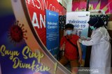 Petugas medis Rumah Sakit Ibu dan Anak (kanan) melakukan vaksinasi COVID-19 di Banda Aceh, Aceh, Rabu (14/4/2021). Kementerian Kesehatan tetap melangsungkan vaksinasi COVID-19 untuk tahap pertama dan kedua pada bulan Ramadhan. Antara Aceh/Irwansyah Putra.