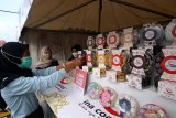 Pengunjung membeli kue produk umkm yang dipamerkan pada acara Festival Halal di Pantai Marina Boom Banyuwangi, Jawa Timur, Sabtu (10/4/2021). Menteri Keuangan Sri Mulyani Idrawati mengatakan, industri halal tercatat mengalami pertumbuhan sebesar 3,2 persen atau lebih tinggi dibandingkan pertubuhan ekonomi dunia tahun 2019 sebelum pandemi yaitu 2,3 persen. Antara Jatim/Budi Candra Setya/zk.