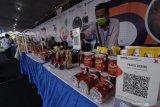Penjual menata produk umkm yang dipamerkan pada acara Festival Halal di Pantai Marina Boom Banyuwangi, Jawa Timur, Sabtu (10/4/2021). Banyuwangi, Jawa Timur, Sabtu (10/4/2021). Menteri Keuangan Sri Mulyani Idrawati mengatakan, industri halal tercatat mengalami pertumbuhan sebesar 3,2 persen atau lebih tinggi dibandingkan pertubuhan ekonomi dunia tahun 2019 sebelum pandemi yaitu 2,3 persen. Antara Jatim/Budi Candra Setya/zk.