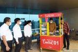 Wali Kota Madiun Maidi (kedua kanan) disaksikan Ketua Santripreneur Indonesia Sugeng Utomo (tengah), Direktur Pengembangan PT INKA (Persero) Agung Sedaju (kedua kiri) dan Sekretaris Perusahaan PT INKA Puguh Dwi Tjahjono (kiri) mencoba memasak mie ayam di gerobak seusai pembukaan pelatihan bisnis plan dan penyerahan gerobak bisnis mie ayam di PT INKA Madiun, Jawa Timur, Senin (12/4/2021). PT INKA melalui Santripreneur Indonesia menyalurkan bantuan pinjaman permodalan berupa gerobak mie ayam kepada 30 calon pelaku usaha mie ayam guna pemberdayaan ekonomi berbasis UMKM pada masa dan pascapandemi COVID-19. Antara Jatim/Siswowidodo/zk.