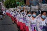 Umat Hindu mengusung keben bambu atau tempat sesajen dalam tradisi Mapeed yaitu rangkaian persembahyangan Hari Raya Galungan di Desa Lukluk, Badung, Bali, Rabu (14/4/2021). Tradisi yang biasanya berjalan beriringan dengan menjunjung gebogan atau sesajen bersusun buah, bunga dan hiasan janur tersebut digelar secara sederhana untuk menekan pengeluaran bagi warga di masa pandemi COVID-19. ANTARA FOTO/Nyoman Hendra Wibowo/nym.