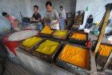 Pekerja menyelesaikan pembuatan tahu di Desa Teja Timur, Pamekasan, Jawa Timur, Rabu (14/4/2021). Selama bulan Ramadhan perajin tahu di daerah itu menurunkan produksinya dari 500 kg menjadi 300 kg per hari karena sebagian besar masyarakat di daerah itu lebih banyak mengkonsumsi daging dan ayam  untuk lauk buka puasa dan sahur. Antara Jatim/Saiful Bahri/zk.