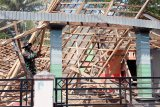 Prajurit TNI merobohkan sisa bangunan rumah warga terdampak gempa di Desa Tepas Kematan Kesamben, Blitar, Jawa Timur, Rabu (14/4/2021). Gubernur Jawa Timur Khofifah Indar Parawansa mengatakan, pemerintah pusat melalui Badan Nasional Penanggulangan Bencana (BNPB) akan menyalurkan bantuan perbaikan rumah warga yang rusak akibat gempa Malang masing-masing sebesar Rp50 juta untuk kategori kerusakan berat, Rp24 juta untuk kategori kerusakan sedang, dan Rp10 juta untuk rumah dengan kategori kerusakan ringan. Antara Jatim/Irfan Anshori/zk.