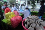 Takmir menghitung nasi bungkus hasil sedekah warga di Masjid Agung Asy-Syuhadak, Pamekasan, Jawa Timur, Selasa (13/4/2021). Donasi nasi bungkus, kurma dan air untuk buka puasa itu kemudian dibagikan kepada musyafir, warga tidak mampu dan jemaah masjid tersebut. Antara Jatim/Saiful Bahri/zk.