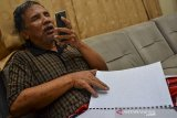 Seorang penyandang tunanetra membaca Al Quran braille di Kota Tasikmalaya, Jawa Barat, Rabu (14/4/2021). Majelis Taklim Al Hikmah penyandang disabilitas mengadakan tadarus secara daring dengan cara saling berkirim voice note atau pesan suara ke dalam grup aplikasi telegram yang diikuti secara serentak oleh para jemaah dari seluruh Indonesia. ANTARA JABAR/Adeng Bustomi/agr