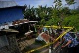 Polisi menjaga sekitar rumah terduga teroris usai penggerebekan di Kecamatan Biringkanaya, Makassar, Sulawesi Selatan, Kamis (15/4/2021). Tim gabungan Detasemen Khusus (Densus) 88 Anti teror Mabes Polri bersama Polda Sulsel menembak mati seorang terduga teroris jaringan pelaku bom bunuh diri di Gereja Katedral Makassar karena melawan saat penggerebekan. ANTARA FOTO/Abriawan Abhe/nym.