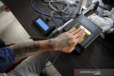 Seorang warga binaan menjalani perekaman KTP elektronik di Lembaga Pembinaan Khusus Anak (LPKA), Bandung, Jawa Barat, Kamis (15/4/2021). Pemerintah Kota Bandung melalui Disdukcapil melakukan perekaman KTP elektronik bagi 84 Warga Binaan Lapas Anak serta membagikan 222 KTP elektronik kepada warga binaan lapas perempuan yang ditujukan untuk keperluan vaksinasi massal COVID-19 bagi warga binaan yang membutuhkan KTP sebagai salah satu persyaratan. ANTARA JABAR/Raisan Al Farisi/agr