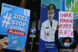 Anggota komunitas Environmental Green  Society membawa poster saat melakukan Kampanye bertajuk Puasa Plastik di depan Balaikota Malang, Jawa Timur, Kamis (15/4/2021). Dalam aksinya, mereka mengajak masyarakat mengurangi penggunaan plastik sekali pakai karena sampah tersebut sulit terurai dan berbahaya bagi lingkungan. Antara jatim/Ari Bowo Sucipto/zk