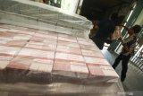 Petugas memasukkan bungkusan berisi uang kartal ke dalam truk pengangkut, di Kantor Perwakilan Bank Indonesia Provinsi Jawa Timur, Surabaya, Jawa Timur, Kamis (15/4/2021). Bank Indonesia menyiapkan uang kartal senilai Rp152,14 triliun untuk memenuhi kebutuhan masyarakat selama bulan Ramadhan hingga Idul Fitri 2021. Antara Jatim/Didik Suhartono/zk