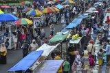 Aktivitas pedagang aneka jenis makanan dan minuman untuk berbuka puasa di kawasan Alun-alun Ciamis, Jawa Barat, Kamis (15/4/2021). Meskipun Pemkab Ciamis telah menata pedagang takjil musiman dengan menerapkan jaga jarak antarpedagang untuk mencegah penyebaran COVID-19, namun pengawasannya masih kurang dan masyarakat tetap berkerumun serta mengabaikan protokol kesehatan. ANTARA JABAR/Adeng Bustomi/agr