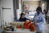 Petugas mengawasi warga binaan yang mengikuti pelatihan keterampilan menjahit di Lapas Perempuan Kelas IIA, Bandung, Jawa Barat, Kamis (15/4/2021). Lapas Perempuan Kelas IIA Bandung menggelar pelatihan keterampilan bagi warga binaan pemasyarakatan (WBP) perempuan meliputi pelatihan menjahit, salon dan kecantikan hingga berkebun guna melatih keterampilan dan kemandirian agar mereka dapat membuka usaha sendiri setelah menyelesaikan masa hukuman. ANTARA JABAR/Raisan Al Farisi/agr