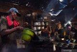 Pekerja membuat cincau di industri rumahan cincau Desa Jatisari, Geger, Kabupaten Madiun, Jawa Timur, Rabu (14/4/2021). Menurut perajin, guna memenuhi lonjakan permintaan selama Ramadhan produksi ditingkatkan dari tiga drum menjadi 14 drum per hari, dan setiap drum dicetak menjadi 18 ember yang dijual dengan harga Rp22.000 per ember. Antara Jatim/Siswowidodo/zk