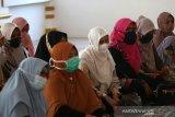 Warga dan ibu-ibu majelis taklim masjid Al-Ikhlas mendengarhan tausiah Ramadhan yang disampaikan Daiyah Kota Banda Aceh ustazah Ranian Dewi di Desa Ilie, Banda Aceh, Aceh, Kamis (15/4/2021). Selama bulan Ramadhan 1442 Hijriyah Dinas Syariat Islam kota Banda Aceh mengerahkan puluhan daiyah untuk memberikan tausiah kepada warga di 90 gampong (Desa). Antara Aceh/Irwansyah Putra.