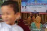 Daiyah Kota Banda Aceh ustazah Ranian Dewi (tengah) menyampaikan dakwah Ramadhan kepada warga dan ibu-ibu majelis taklim masjid Al-Ikhlas di Desa Ilie, Banda Aceh, Aceh, Kamis (15/4/2021). Selama bulan Ramadhan 1442 Hijriyah Dinas Syariat Islam kota Banda Aceh mengerahkan puluhan daiyah untuk memberikan tausiah kepada warga di 90 gampong (Desa). Antara Aceh/Irwansyah Putra.