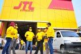 (dari kiri ke kanan) CFO  JTL Express Akhirun nisa, Head of Network Development  JTL Express  Yusuf Nurul Hadi, CO Founder  JTL Express  Aan Purnomo, COO  JTL Express  Baskoro bayudi, CEO JTL Express, Arief effendi, CTO JTL Express  Bustomy Dewa Indaru saling berbincang  di depan kantor JTL Express Sidoarjo ketika peluncuran JTL Shop  'One Stop Solution UMKM', Sidoarjo, Jawa Timur, Kamis  (15/4/2021). Dengan hadirnya JTL Shop tersebut diharapkan dapat menjadi solusi bagi UMKM untuk mengembangkan bisnis secara global, aman, nyaman dan tepat waktu sampai ke pelanggan. Antara Jatim/Doc JTL Express/ZK