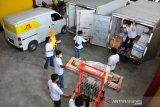 Suasana pengemasan paket yang akan dikirim ke pelanggan di kantor JTL Express Sidoarjo ketika peluncuran JTL Shop  ' One Stop Solution UMKM', Sidoarjo, Jawa Timur, Kamis  (15/4/2021). Dengan hadirnya JTL Shop tersebut diharapkan dapat menjadi solusi bagi UMKM untuk mengembangkan bisnis secara global, aman, nyaman dan tepat waktu sampai ke pelanggan. Antara Jatim/Doc JTL Express/ZK