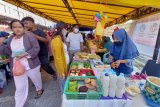 Warga non muslim di Karimun ikut berburu takjil