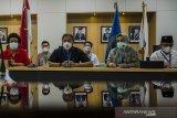 Ketua Umum Ikatan Alumni Institut Teknologi Bandung (IA ITB) 2016-2020 Ridwan Djamalludin (ketiga kiri) memberikan keterangan pers Kongres Nasional X IA ITB di Balai  Pertemuan Ilmiah ITB, Bandung, Jawa Barat, Jumat (16/4/2021). Kongres Nasional X IA ITB tersebut dilaksanakan pada 16-17 april sekaligus dengan agenda Pemilu Ketua Umum IA ITB periode 2021-2026 yang diikuti oleh delapan kandidat dengan 22 ribu jumlah pemilih. ANTARA JABAR/Novrian Arbi/agr