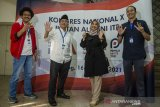Calon Ketua Umum Ikatan Alumni Institut Teknologi Bandung (IA ITB) 2021-2026 nomor urut 4 Hariyono (kiri), nomor urut 5 Bimo Sasongko (kedua kiri), nomor urut 6 Syarifah Amelia (kedua kanan) dan Nomor urut 8 Seterhen Akbar (kanan) berpose bersama usai jumpa pers Kongres Nasional X IA ITB di Balai  Pertemuan Ilmiah ITB, Bandung, Jawa Barat, Jumat (16/4/2021). Kongres Nasional X IA ITB tersebut dilaksanakan pada 16-17 april sekaligus dengan agenda Pemilu Ketua Umum IA ITB periode 2021-2026 yang diikuti oleh delapan kandidat dengan 22 ribu jumlah pemilih. ANTARA JABAR/Novrian Arbi/agr