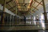 Warga membersihkan lantai Masjid Jami' Peneleh, Surabaya, Jawa Timur, Jumat (16/4/2021). Masjid yang didirikan oleh Sunan Ampel dan terletak di kawasan Peneleh itu merupakan salah satu masjid tua di Surabaya. Antara Jatim/Didik Suhartono/zk.