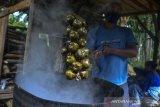 Perajin mengolah buah kolang kaling yang sudah dipanen di Desa Sadananya, Kabupaten Ciamis, Jawa Barat, Jumat (16/4/2021). Permintaan kolang kaling di Bulan Ramadhan meningkat dibanding hari biasanya dan petani bisa menjual buah kolang kaling dengan harga Rp 9.000 per kilogram dari sebelumnya Rp 5.000 per kilogram dengan memproduksi 15-20 kilogram per harinya. ANTARA JABAR/Adeng Bustomi/agr