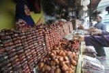 Pedagang kurma melayani pembeli di salah satu stan di kawasan wisata religi makam dan masjid Sunan Ampel, Surabaya, Jawa Timur, Jumat (16/4/2021). Menurut pedagang, penjualan kurma yang dibandrol mulai harga Rp20.0000 hingga Rp650.000 per kilogram tergantung jenisnya tersebut meningkat hingga dua kali lipat dibanding hari biasanya. Antara Jatim/Moch Asim/zk.
