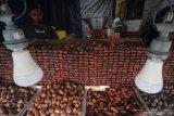 Pedagang menunggu pembeli di salah satu stan di kawasan wisata religi Makam dan Masjid Sunan Ampel, Surabaya, Jawa Timur, Jumat (16/4/2021). Menurut pedagang, penjualan kurma yang dibandrol mulai harga Rp20.0000 hingga Rp650.000 per kilogram tergantung jenisnya tersebut meningkat hingga dua kali lipat dibanding hari biasanya. Antara Jatim/Moch Asim/zk.
