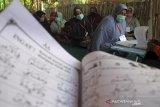 Sejumlah lansia belajar mengaji saat mengikuti kegiatan Pesantren Ramadhan Lansia di desa Tegalurung, Balongan, Indramayu, Jawa Barat, Jumat (16/4/2021). Pesantren kilat yang digelar Saung Belajar Lansia itu diikuti Puluhan lansia untuk mengisi waktu selama ramadhan dengan belajar mengaji dan wawasan hukum-hukum Islam yang berkaitan dengan kehidupan sehari-hari. ANTARA JABAR/Dedhez Anggara/agr