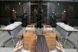Kantong plastik berisi benih lobster ditunjukkan saat ungkap kasus di Kantor Pengawasan dan Pelayanan Bea dan Cukai (KPPBC) Tipe Madya Pabean Juanda, Sidoarjo, Jawa Timur, Kamis(15/4/2021). Bea dan Cukai bersama Otoritas Bandara Juanda berhasil menggagalkan upaya penyelundupan 80 kantong plastik benih lobster pasir berisi total 80.000 ekor yang dikirim ke Batam. ANTARA FOTO/Umarul Faruq/rwa.