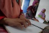 Penyandang tunanetra membaca Al Quran yang dicetak dengan huruf braille di Medan, Sumatera Utara, Kamis (15/4/2021). Kegiatan rutin yang dilaksanakan Dewan Perwakilan Daerah Persatuan Tuna Netra Indonesia (Pertuni) Sumut tersebut untuk guna melatih kemampuan membaca Al Quran sekaligus meningkatkan ibadah pada bulan Ramadhan. ANTARA FOTO/Irsan Mulyadi/aww.