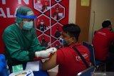 Petugas kesehatan menyuntikkan vaksin COVID-19 kepada pedagang pasar di aula Wisma Haji Kota Madiun, Jawa Timur, Jumat (16/4/2021). Pemkot Madiun memfasilitasi vaksinasi dosis pertama kepada 500 orang pedagang pasar dan 136 orang tenaga upahan Dinas Perdagangan Kota Madiun guna pencegahan penularan COVID-19. Antara Jatim/Siswowidodo/zk