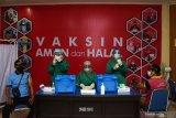 Petugas kesehatan menyiapkan vaksin COVID-19 yang akan disuntikkan pada pedagang pasar di aula Wisma Haji Kota Madiun, Jawa Timur, Jumat (16/4/2021). Pemkot Madiun memfasilitasi vaksinasi dosis pertama kepada 500 orang pedagang pasar dan 136 orang tenaga upahan Dinas Perdagangan Kota Madiun guna pencegahan penularan COVID-19. Antara Jatim/Siswowidodo/zk