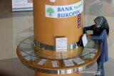 Nasabah PT Bank Syariah Bukopin (BSB) mengisi formulir setoran tabungan di BSB KB Banda Aceh, Aceh, Jumat (16/4/2021). PT Bank KB Bukopin membuka layanan syariah bank umum di provinsi Aceh sebagai implementasi dan menyukseskan peraturan daerah (qanun) Aceh nomor 11/2018 tentang Layanan Keuanagn Syariah (LKS). Antara Aceh/Irwansyah Putra.