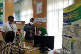 Direktur Utama PT Bank Syariah Bukopin (BSB) Dery Januar (dua kanan) berbincang dengan nasabah yang menabung di BSB KB Banda Aceh, Aceh, Jumat (16/4/2021). PT Bank KB Bukopin membuka layanan syariah bank umum di provinsi Aceh sebagai implementasi dan menyukseskan peraturan daerah (qanun) Aceh nomor 11/2018 tentang Layanan Keuanagn Syariah (LKS). Antara Aceh/Irwansyah Putra.