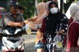 Pengurus dan anggota Dharma Wanita Persatuan (DWP) dan Aparatur Sipil Negara (ASN) Sekretariat Dewan Perwakilan Rakyat Kota (DPRK) Banda Aceh membagikan paket dan takjil berbuka puasa kepada pengguna jalan di Banda Aceh, Aceh, Jumat (16/4/2021). Pembagian paket dan takjil berbuka puasa tersebut dilaksanakan sebagai wujud kepedulian, berbagi dan bersedekah kepada umat muslim yang sedang menjalankan ibadah di bulan suci Ramadhan. Antara Aceh/Irwansyah Putra.